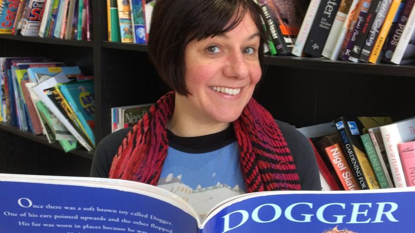 Photo of Lizzy Bean reading the book 'Dogger'